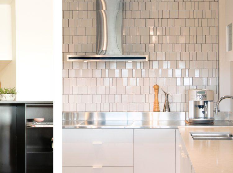 Feature tile splash back, white kitchen handles, custom design DbyD